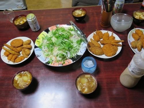 フライ各種、キャベツ千切り、ジャガイモ玉ねぎエノキ豆腐の味噌汁