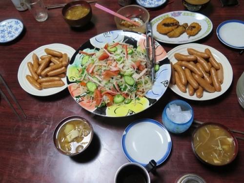 ボイルドソーセージ、モヤシサラダ、味噌汁