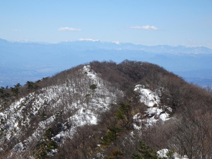 竈山から鍋割山、後方に八ヶ岳