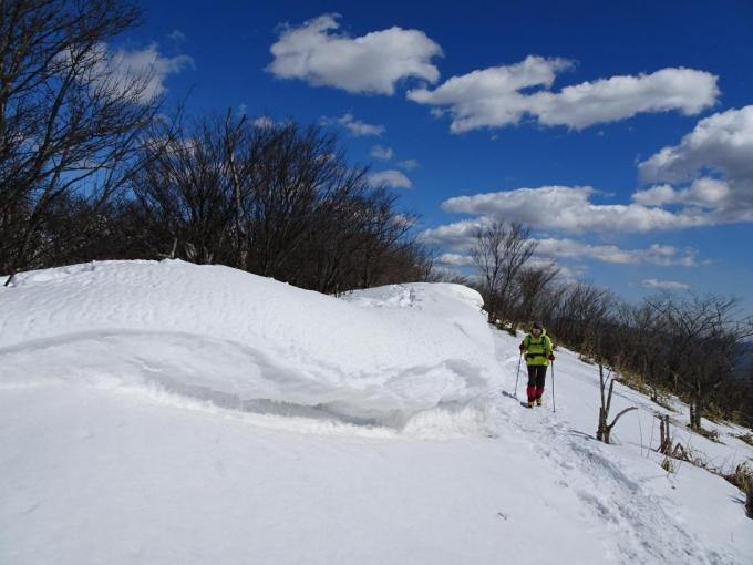 山頂手前の雪庇