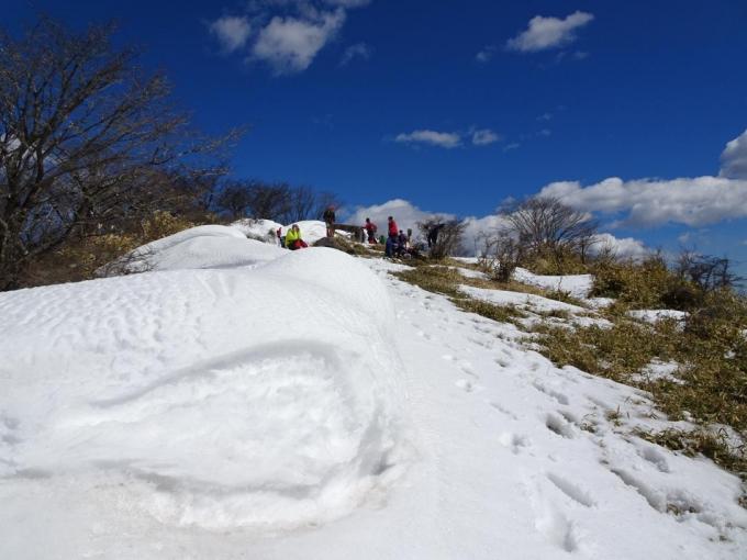 雪庇で風よけてランチ