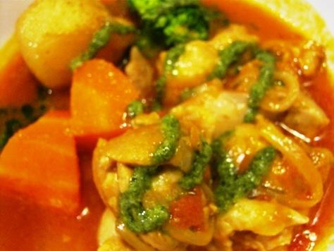 チキンのトマト煮込み バジルソースがけ