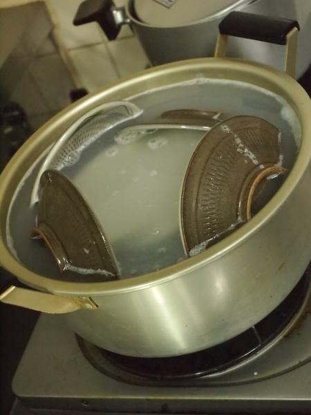 陶器のお皿のお手入れ 米汁で炊く作業風景