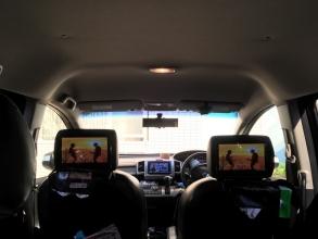 長時間渋滞の帰省がむしろ楽しい♪ 「車のヘッドレストモニターでiPhone & Nintendo Switch映像を見る」♪ 後部座席の子供達も驚愕。。家族はこんな夢の車載システムが欲しかった!