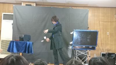 関西、大阪のマジシャン・大道芸人Entertainer MIKIYAが大阪府高槻市の西真上クラブ(子供会)にて出張パフォーマンス(パフォーマー派遣、マジシャン派遣)。カードマニピュレーション(ミリオンカード)。カードが手からどんどん出てくる。
