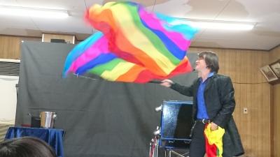 関西、大阪のマジシャン・大道芸人Entertainer MIKIYAが大阪府高槻市の西真上クラブ(子供会)にて出張パフォーマンス(パフォーマー派遣、マジシャン派遣)。ジャンボフラッグプロダクション。ハンカチの束から突然大きな旗が出現。