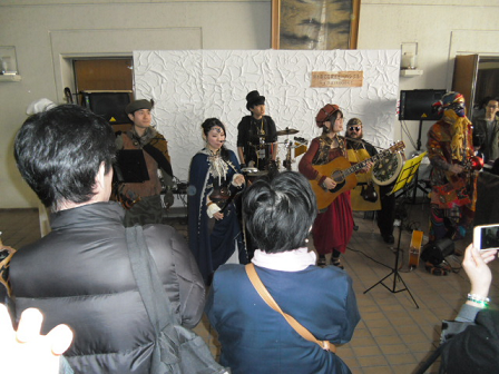 10 メンバーの服装と楽器