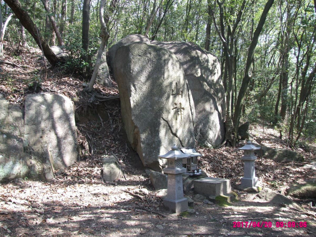 山神を祀る巨石
