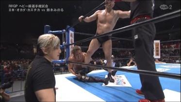 鈴木は膝を踏み付け、