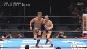 鈴木はロープに振っての、