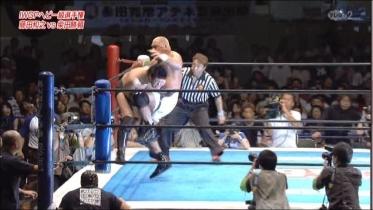 柴田の身体が浮き上がる膝蹴りから、
