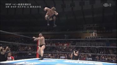 鈴木の突進にオカダは跳躍エスケープ、