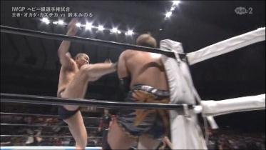 鈴木は見逃さずに串刺しビッグブーツから、