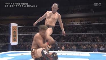 容赦なく蹴りを入れる鈴木、