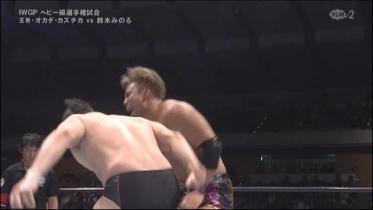 鈴木は虚を突いて膝への蹴り