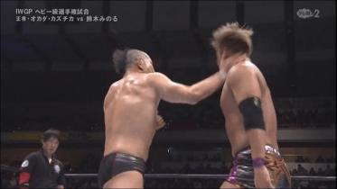 鈴木はスナップを利かせた掌底気味