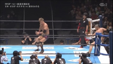 鈴木も追随してオカダを翻弄し、