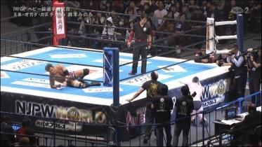 鈴木は場外転落、オカダもダメージが深い