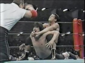 カウント2でキックアウトされた高田はラクダ固め