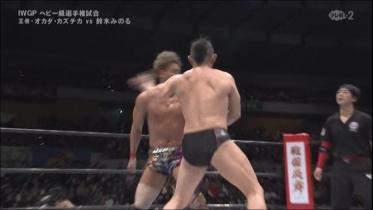 鈴木が張り手の連打で阻止、
