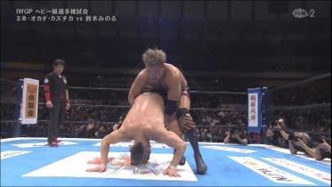 オカダすぐ脱出で鈴木は膝十字狙い、