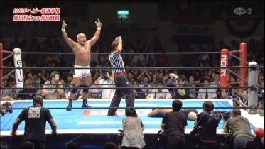 ダウンカウントの中、藤田は余裕のポーズ