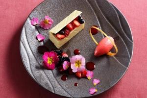 ホワイトチョコレートのムース いちごのシャーベットとフルーツ添え