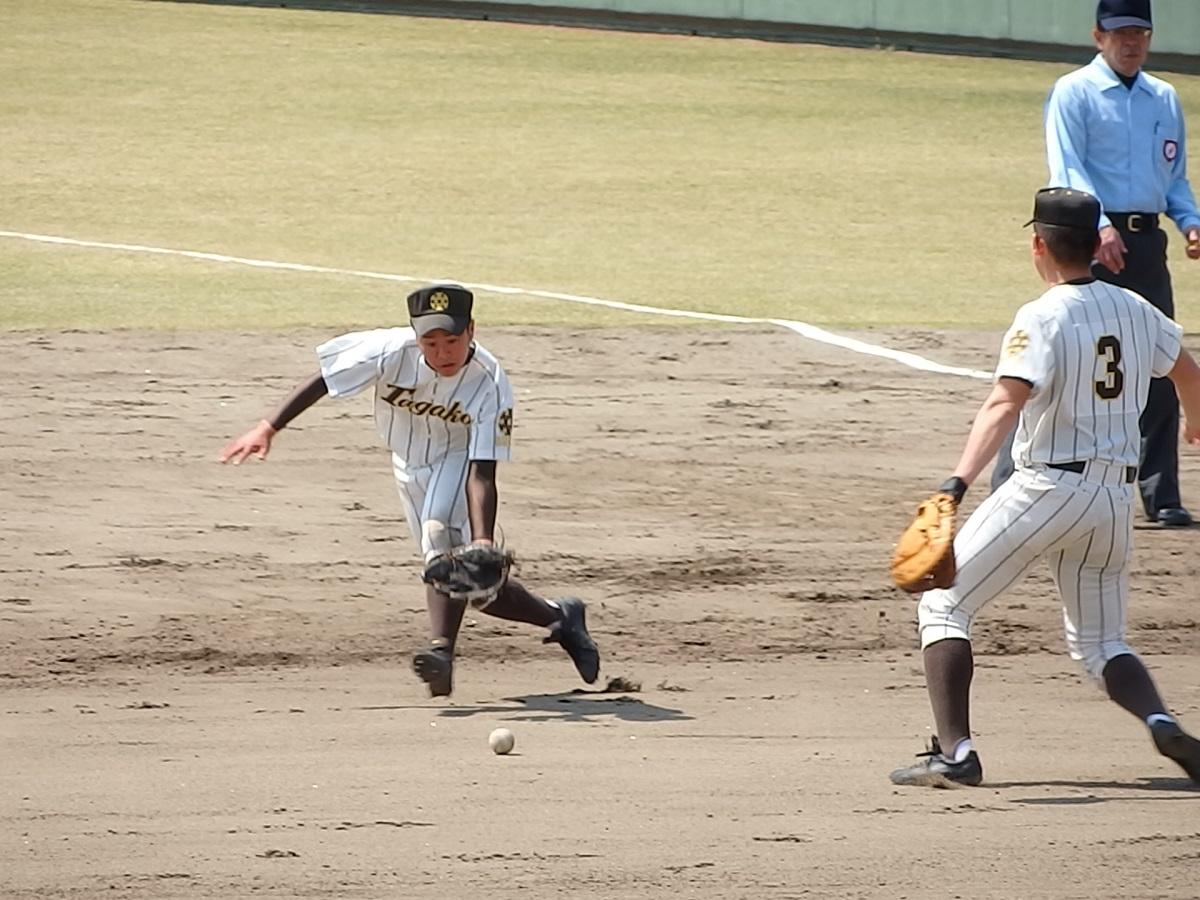 18_7回表、茨城高専8番渡辺ゲンタくんのセフティーバントが絶妙な場所に転がる