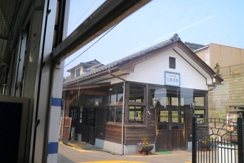 IMG_9624 車内から駅舎