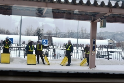 美唄駅ホームに除雪作業へ向かう保線作業員