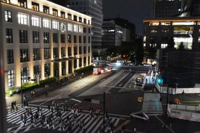 夜の東京駅南口の交差点