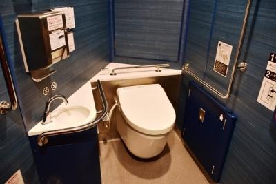 青のシンフォニー多目的トイレは青が基調