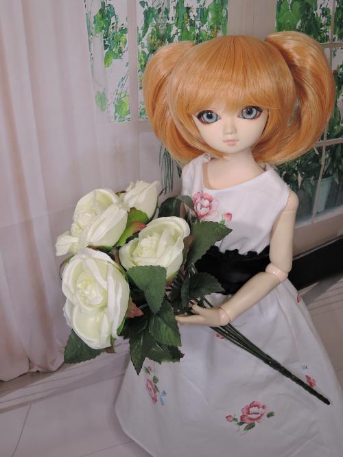 このお洋服は白いお花がよく似合う