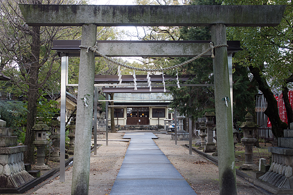 六所社二の鳥居から見る拝殿