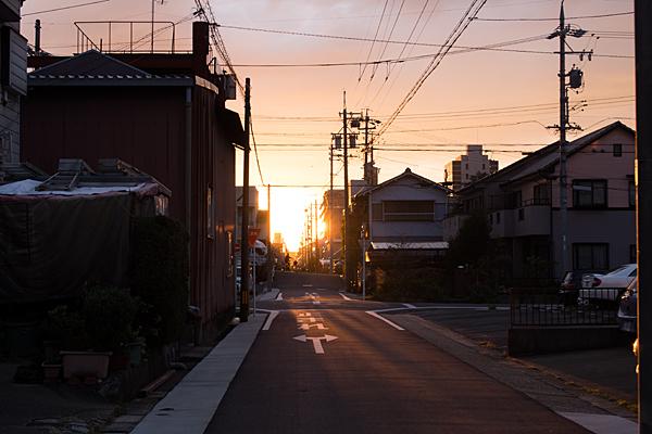 郊外の住宅地と夕陽
