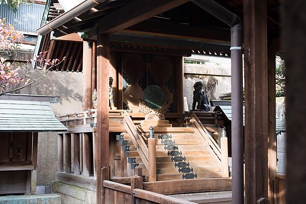 南押切神明社本殿と陶製狛犬