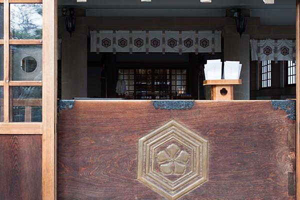 榎白山神社拝殿から見る本殿