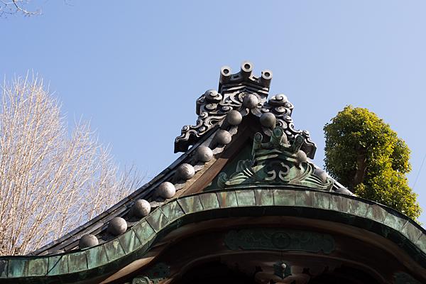 素盞男社拝殿屋根と鬼瓦