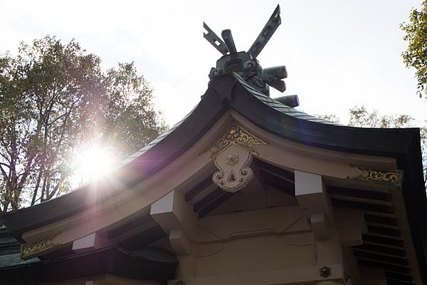 六所神社本殿と太陽
