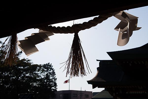 川原神社注連縄と社殿のシルエット