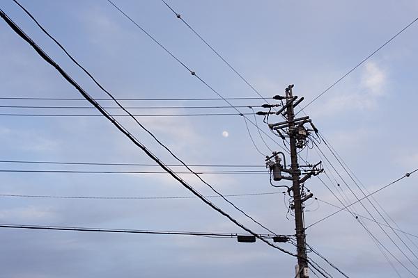 空と電線と月