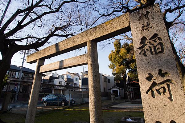 稲荷神社鳥居と西日