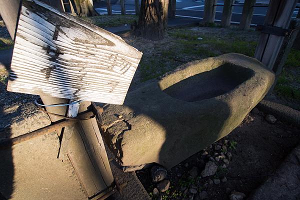 稲荷神社枯れた手水舎