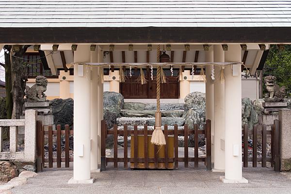 上飯田六所宮拝殿前