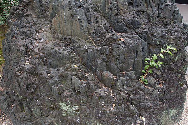 上飯田六所宮境内の岩