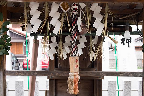 神明社八幡社境内社と注連縄と紙垂