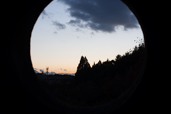 丸窓と夕景