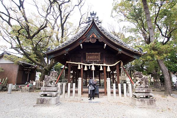 大乃伎神社参拝の母子