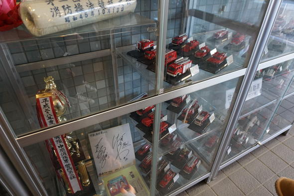 入口に消防車のミニカー