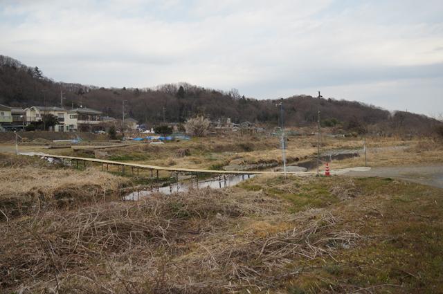 浅川にかかる手造り流れ橋。